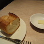 ビストロ ヌジ・ヴォアラ - フランスパン+バター