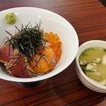 HAPPY HILL - 海鮮丼と味噌汁
