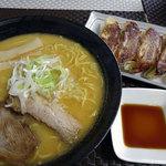 麺屋誠 - 料理写真:トンコツ味噌ラーメン730円、餃子5コ500円→400円で