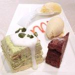 30175419 - ビストロランチ 2700円 のピスタチオのケーキ、ガトーショコラ、マンゴームース、バニラアイス
