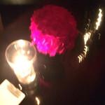 ルージュ・バー・ジョエル・ロブション - ソファの方の卓上にお花とランプ