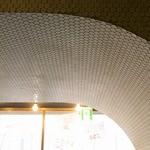 みず屋たったいす - アーチ状の天井は有名デザイナーによるものです。
