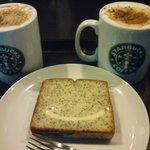 スターバックス・コーヒー - ホットキャラメルマキアートとポピーシードのケーキ