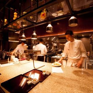 オープンキッチンにてシェフが造り上げる本格料理の数々