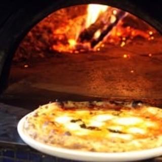 ナポリの名薪窯'ジャンニアクント'で一気に焼き上げます!