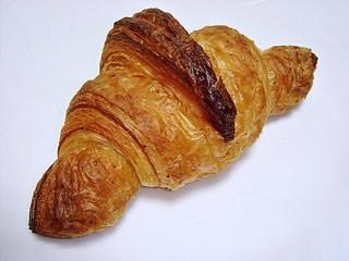 ブーランジェリー ソラハナ - クロワッサン 120円 (2013/10) (^^ クロワッサンは儲けが多いパンと言われていますが、こちらは真っ正直に良心的にやっていることがわかりますw