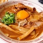ラーメン東大 - 熟成とんこつ 豚バラ入に生卵を投入!!