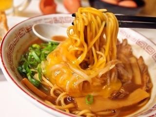 ラーメン東大 - 熟成とんこつ 豚バラ入(麺&生卵)