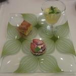 アクアヴィット - リンゴのチーズケーキ、ベリーのタルト、パイナップルとキウイのゼリー
