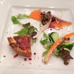 THE KUSUNOKI CLUB - 前菜   イベリコハムときのこのキッシュとシェフの気まぐれサラダ  ディルマヨネーズ添え