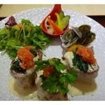 30197519 - 「博多ベネディクト(950円)」・・フレンチトースト3切れ「野菜のピクルス」「あさりのムニエル」がセットになっています。                       副菜は日により変わるかもしれません。