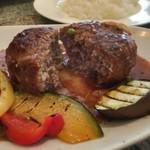 romantic diner loco - ハンバーグはげんこつサイズでビジュアルこそ良かったんですが、非常に味気なくパサついた食感。デミグラスソースもチープな味…