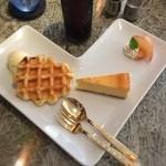 romantic diner loco -  380円でランチにデザートを追加。盛り合わせをチョイス。スタッフの接遇はイイんだけどなぁー
