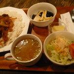 カフェビアンコ - 牛丼ランチ。甘辛いタレが絶妙です。