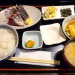 おいしい台所12カ月 - 〔日替ランチ〕カツオ刺と親子煮の定食(¥800)