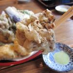 生そば・下山 - ぷっくりと揚がった「舞茸」を食しながら、待つ!