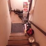 馬車にのったモッツァレッラ - 階段を降りて地下にあります