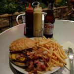ムーンカフェ - ディーン・ムーン・ジュニアバーガーにB.O.M.(ベーコン・オニオン・マッシュルーム)、チーズ