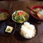 魚と旬菜と日本酒 炙りのどまん中 - 豚モツ味噌煮込み定食
