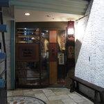 津津 - お店の入口