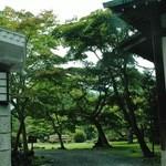 日光金谷ホテル - 正面を左に見ると日本庭園が