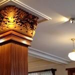 日光金谷ホテル - レストランの柱は彫り物が施されています