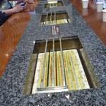 阿部蒲鉾店 松島寺町店 - 大きなテーブル 下の白いセラミックスが熱い