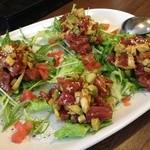 ユルリサロン×ハナウタカフェ - 宴会コースのサラダ(例:マグロとアボカドのユッケ風サラダ)