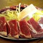 かつみ食堂 - ラム肉と野菜、真ん中の白いのは脂身です