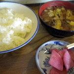 かつみ食堂 - 定食の御飯、お味噌汁、お漬物です