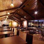 ベーカリーレストランサンマルク - 中庭を見渡せるメインホール
