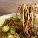 里 - 焼く前から茶色い麺が、栃木焼きそば特長の1つ