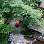 滝カフェ 器楽々 - 緑の中の紅が存在感抜群☆