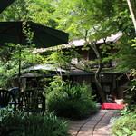 滝カフェ 器楽々 - 緑に囲まれたクラシカルな佇まい☆