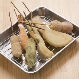 肉、魚介、野菜を40種類以上もそろえ串カツに。お好みで頼んで