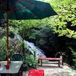 滝カフェ 器楽々 - 滝が目前に広がるテラス席☆