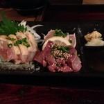 30251516 - 阿久根と出水のだれやめセットを注文。鶏さし、レバ刺し盛り!