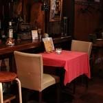 高架五拾七 - バラバラな椅子テーブル好きな空間を見つけて下さい。