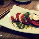 BAR E - 焼きトマトとフレッシュモッツァレラのカプレーゼ(800円)テーブルカウンター席で。