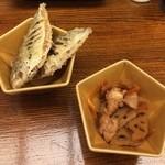 30258056 - ビールセットの先付け。小魚の唐揚げと蓮根と鶏肉を甘辛く炊いた小鉢です。