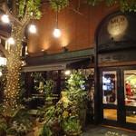 MLB Cafe Tokyo -  MLB カフェ:夜のファサード