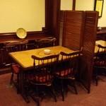 ステーキ ジーシー - 落ち着いたテーブル席