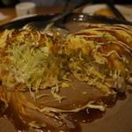 SHIROKIYA - キャベツたっぷりとん平焼き(切ったところ)