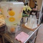 Urth Caffé - 柑橘フルーツたっぷりのセルフのお水すごくおいしかった!!