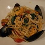 フランス家庭料理  グランダミ - ムール貝とほうれん草のオイルパスタ