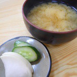 とんかつ 吾妻 - お新香とお味噌汁