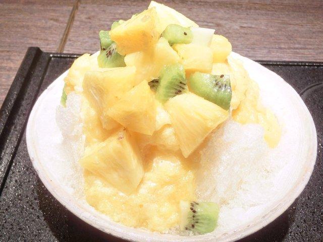 鶏の穴 - 生パイナップル&キウイ 1100円 のかき氷に生パイナップル&キウイ 掛け