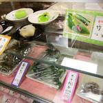 伏見駿河屋 - ケース内には生菓子1個300円(税別)