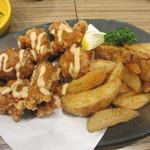 ごっつ - 鶏の唐揚げマヨソース掛けとポテトフライ