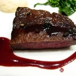Q.E.D.クラブ - ロゼに焼き上げた特選和牛リブロース肉のポワレ・フランス産&オーガニックワインのソース